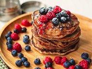 Рецепта Безглутенови палачинки с брашно от елда, прясно мляко и яйце поднесени с горски плодове